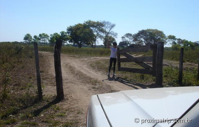 porteira na estrada de terra/areia até fazenda Xaraés - Pantanal