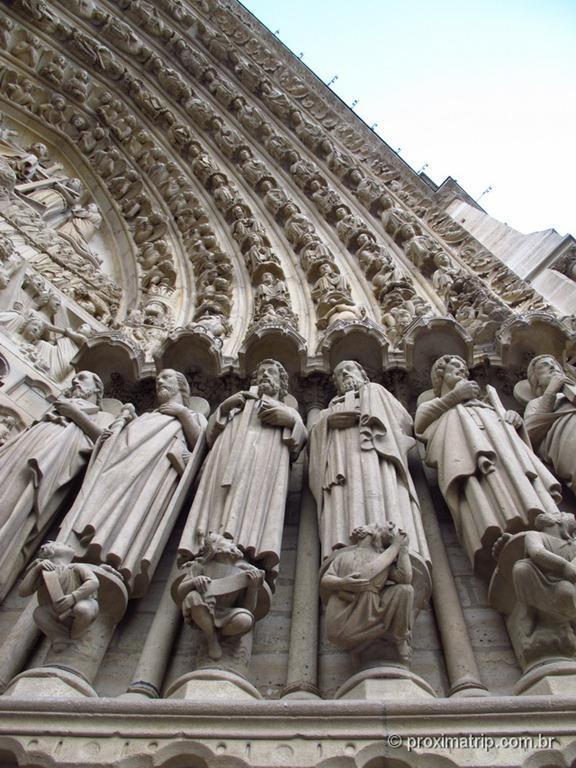 Catedral de Notre Dame - abóbada com santos na entrada, em detalhes - Paris