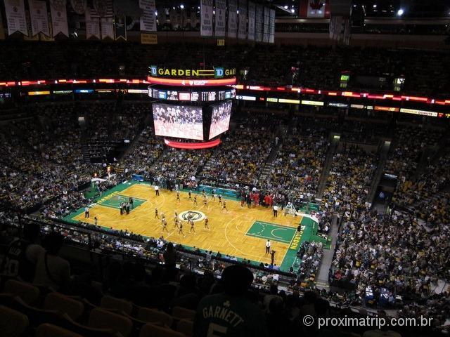 Um jogo de basquete nos EUA: intervalo - entram as Cheerleaders no TD Garden