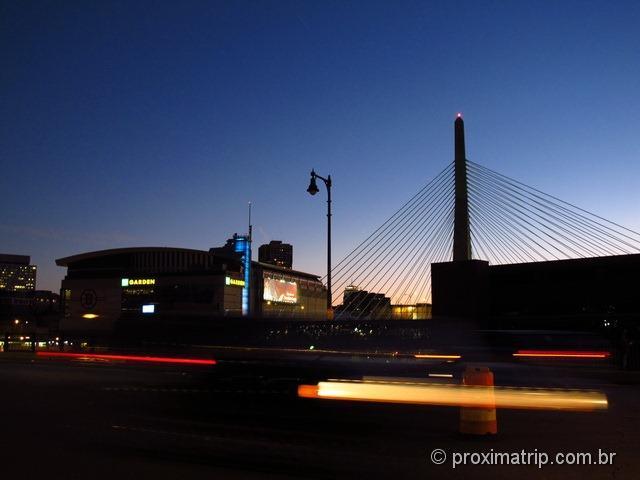 Um jogo de basquete nos EUA: TD Garden visto da ponte