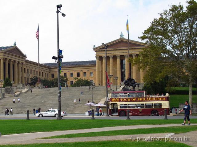 ônibus hop on hop off testado por nós, em frente ao Philadelphia Museum of Art.