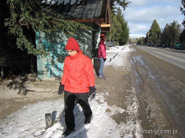 Pegando ônibus na av. Ezequiel Bustillo. Destino: Cerro Campanario, em Bariloche