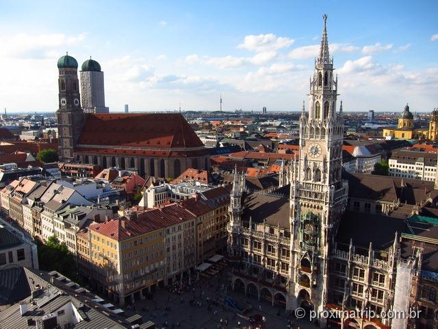 Frauenkirche e Neues Rathaus vistas da torre de observação da Peterskirche - em Munique