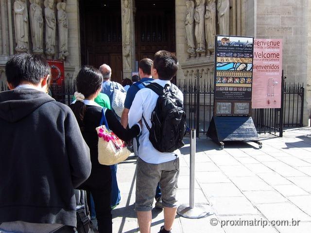 Fila para entrar na Catedral de Notre Dame - Paris