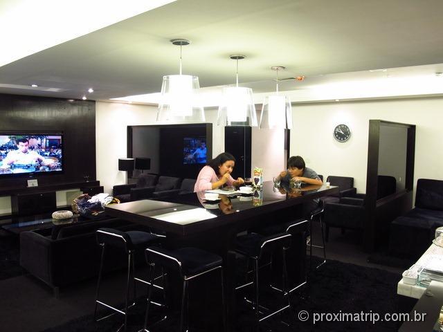 Sala Vip Mastercard Black no Aeroporto de Guarulhos - mesa refeição