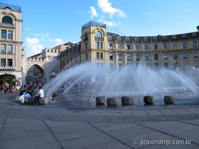 Fonde d'água em frente ao Portão Karlstor - Munique