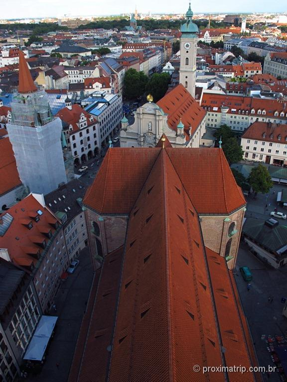 vista da nave da Peterskirche - em Munique