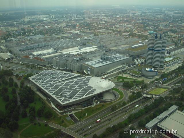 BMW Welt e Museu BMW vistos da torre do parque olímpico de Munique