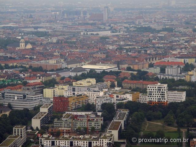 Foto da Frauenkirche, vista da torre olimpica do Olympiapark, em Munique