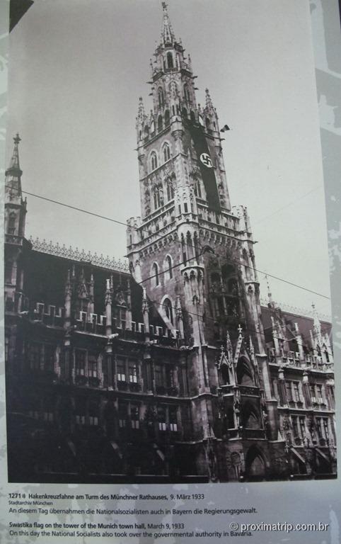 Marienplatz sob domínio Nazista - Suástica cobrindo a torre