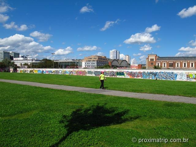 caminhando no East side Gallery - muro de Berlim