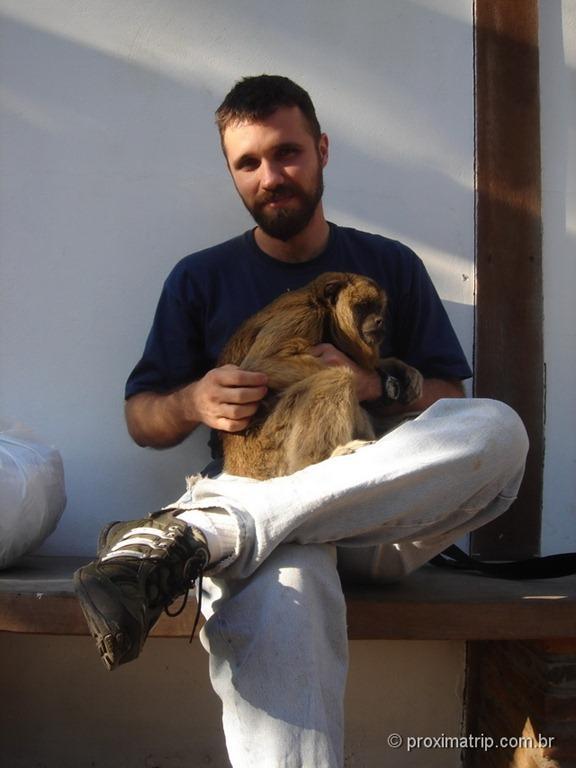Fazenda Xaraés - macaca Xica, uma bugio muito simpática e amável, tirando um cochilo no meu colo - Pantanal