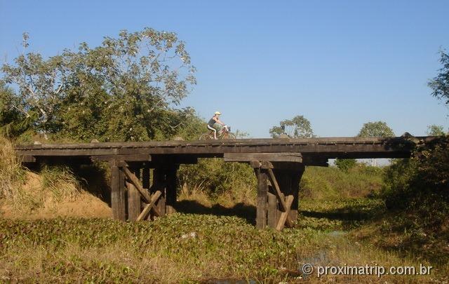 passeio de bicicleta na estrada parque - passando por uma ponte - pantanal sul