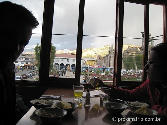 Almoço em Huaraz na plaza de armas: Arroz, papas, pollo (frango) e inka cola!