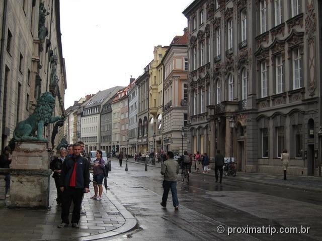Residenzstrasse, rua cheia de restaurantes, lojas...