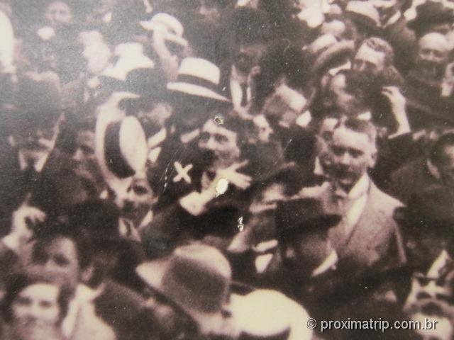 detalhe: Hitler celebrando o fim da I Guerra Mundial no Feldherrhalle, na Odeonplatz (Fotos/créditos: Museu Dachau/arquivo)