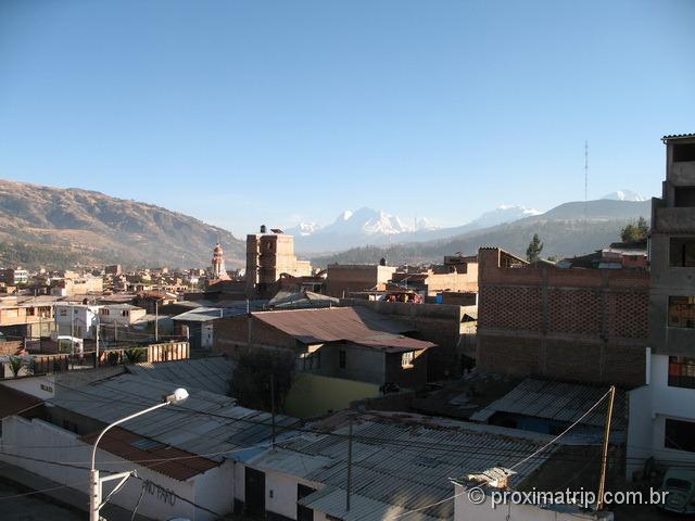 cidade de Huaraz e cordilheira blanca ao fundo - Peru