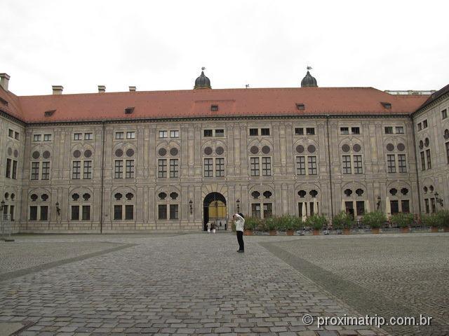 Residenz e um trecho de sua fachada externa