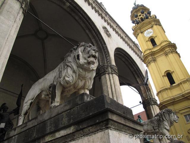 Leões no Feldherrnhalle, ao lado do Residenz - Odeonplatz