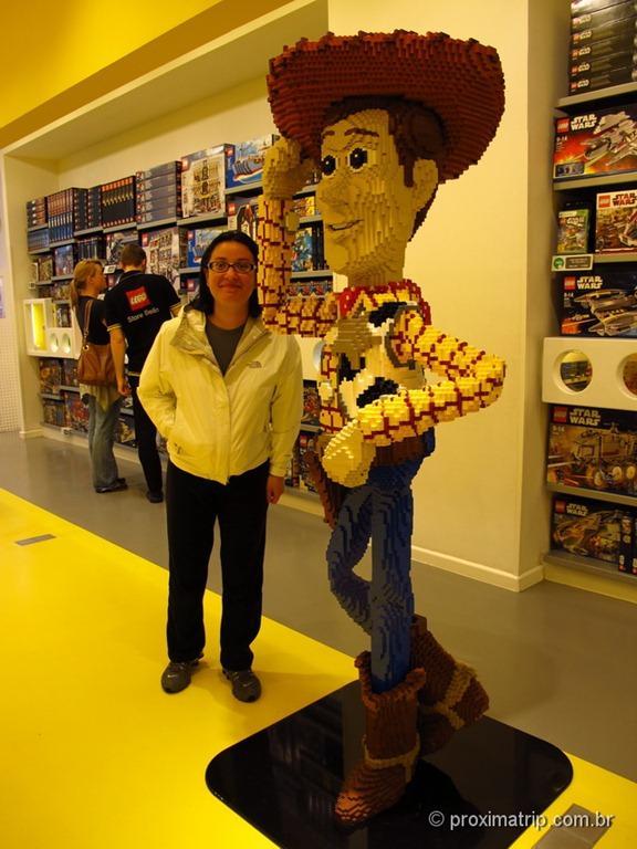 Woody do Toy Story todo feito em Lego