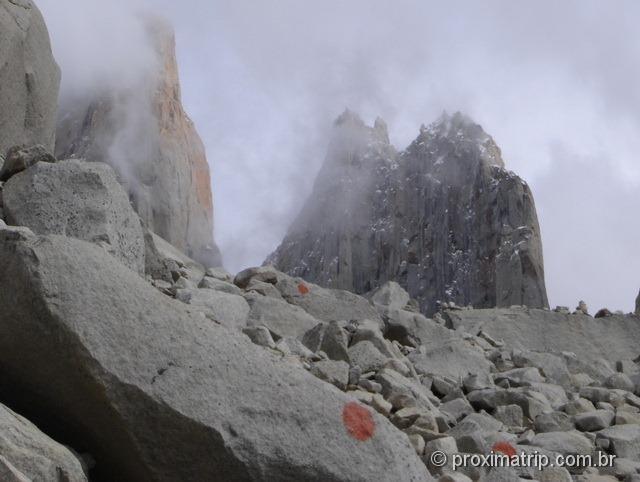 Torres del Paine - trilha do Mirador de Las Torres - último trecho, subida de pedras - marcas indicam a trilha