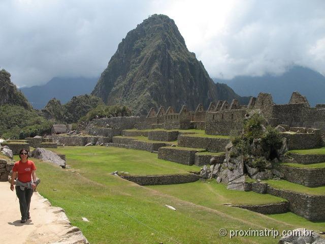 caminhando pelo sítio arqueológico de Machu Picchu