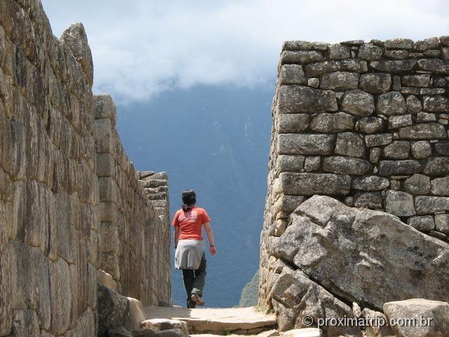 caminhando pelas ruínas de Machu Picchu
