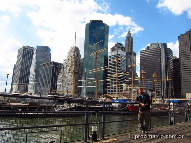 Pier 17 - Barcos com Arranha céus ao fundo - Nova Iorque