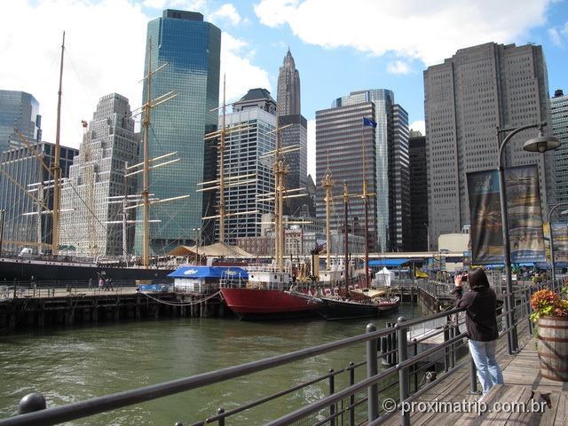 Pier 17 - barcos com arranha céus ao fundo - Nova York