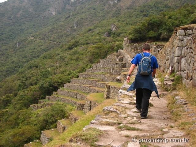 caminhando no sítio arqueológico de Machu Picchu - Peru
