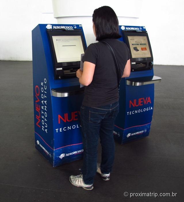 fazendo check-in express pelo totem da Aeromexico