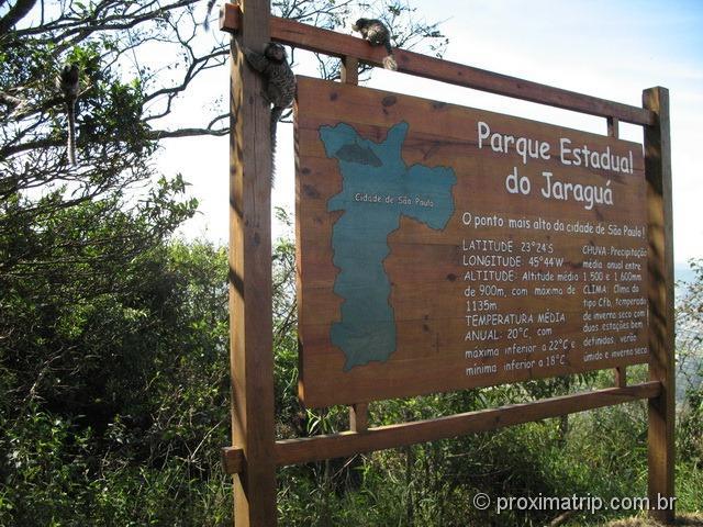 Micos sagui na placa do Parque Estadual do Jaraguá - zona norte de São Paulo