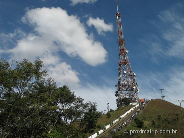 Escadas de acesso ao mirante da cidade de São Paulo, localizado ao pé da antena do Pico do Jaraguá