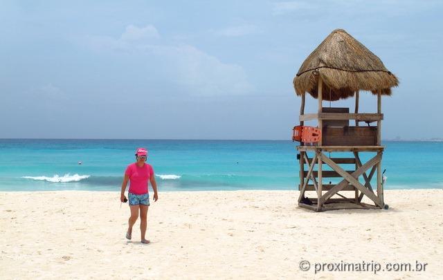 Torre salva vidas na praia do hotel Hyatt Regency Cancun - tranquila e sem ondas