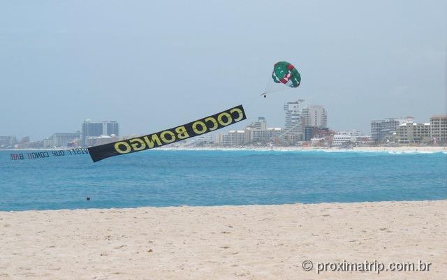 Propaganda da Coco Bongo nas praias de Cancun