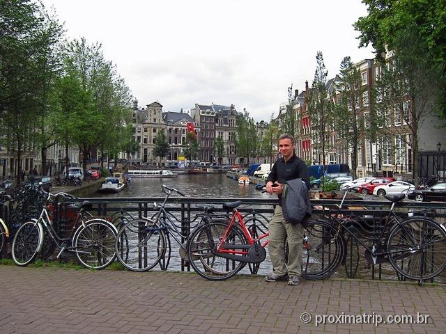 canal em amsterdam, cheio de bikes