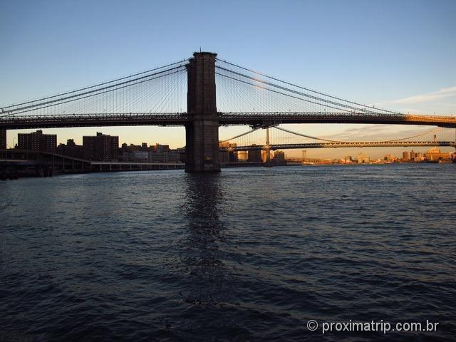 Ponte do Brooklyn, fim de tarde, fotografada a partir do Pier 17