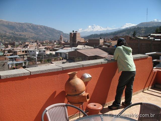 terraço do Hotel Olaza's Bed & Breakfast, com vista da cidade de Huaraz e montanhas