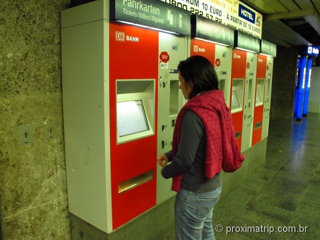 Comprando um bilhete de trem na máquina de auto atendimento da DB bahn, em Munique - Alemanha