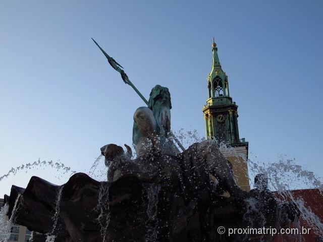 Alexanderplatz - Fonte com Netuno, e a torre da Marienkirche de fundo