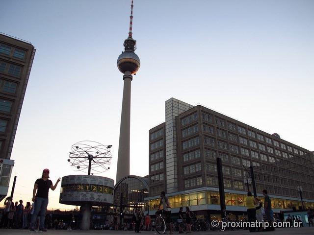 Torre de tv e loja de roupas C & A na muvuca da Alexanderplatz