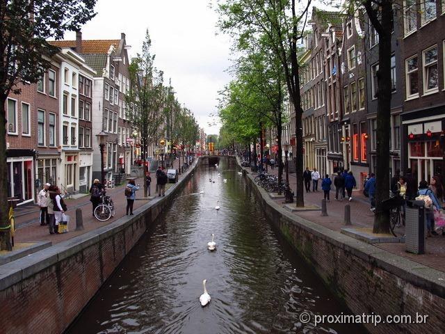 Canal no Red Light District, ou Bairro da Luz Vermelha - Amsterdam
