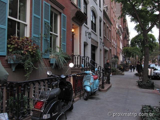 residências em Nova York com andar abaixo do nível da rua e com escadas na frente da calçada