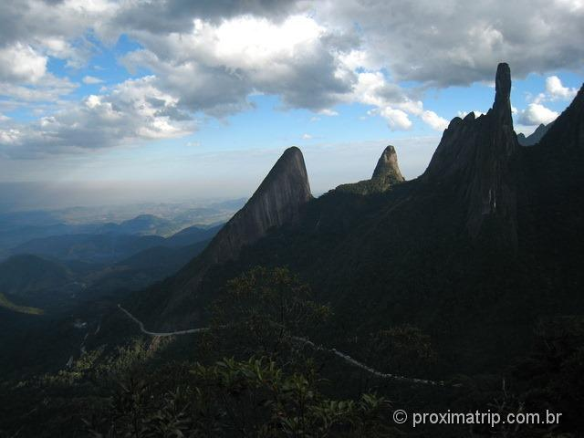 Foto: BR-116 cortando o Escalavrado e Dedo de Deus, na Serra dos Órgãos - RJ