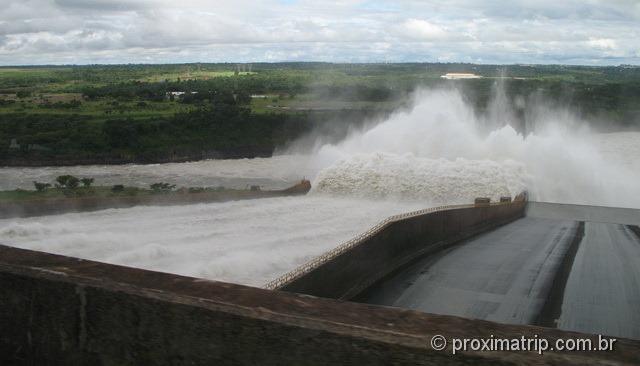 Vertedouro em operação - usina de itaipú - Foz do Iguaçu
