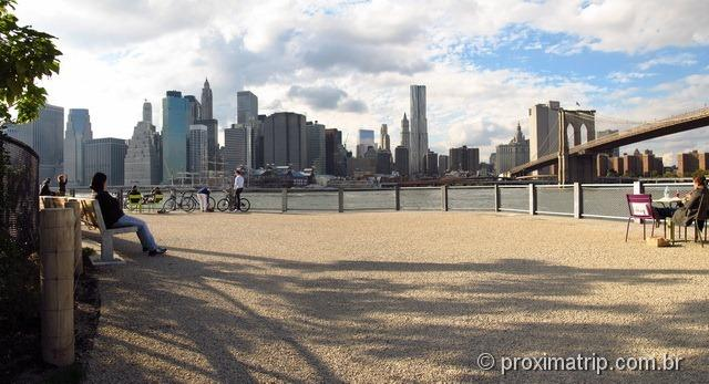 descansando no Brooklyn Bridge Park