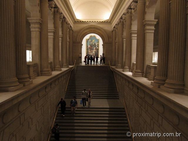 Escadas e colunas internas do Metropolitan Museum of Art - estilo clássico grego - Nova York