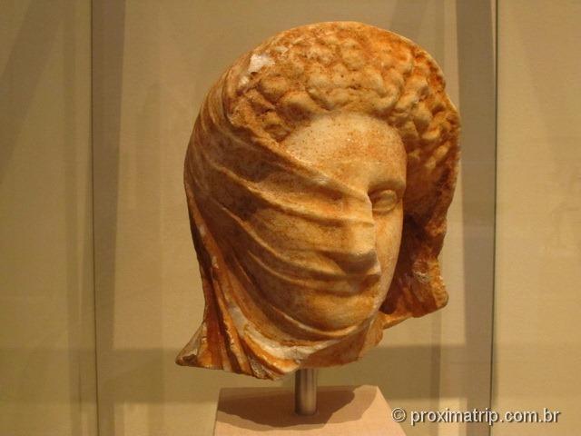 Linda escultura grega, sombras e movimento muito bem representados - Metropolitan Museum of Art - Nova York