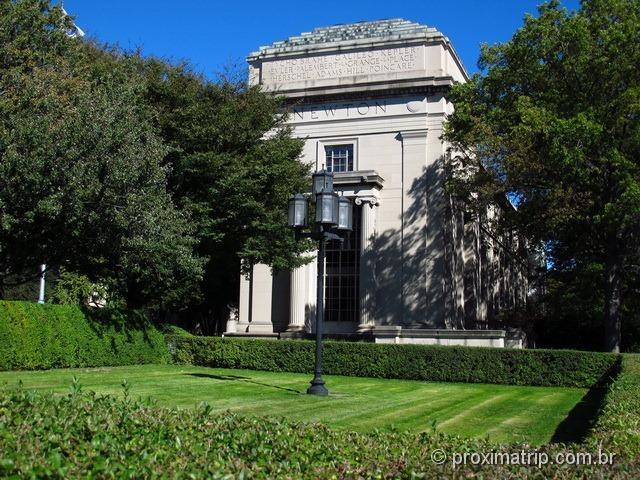 Prédio com os nomes de grandes cientistas e filósofos no MIT - Este aqui com destaque ao Newton!