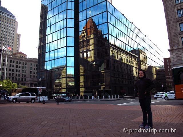 Igreja refletida na Copley Square - Boston